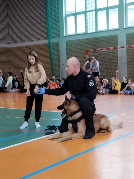 Pokaz umiejętności psa służby więziennej