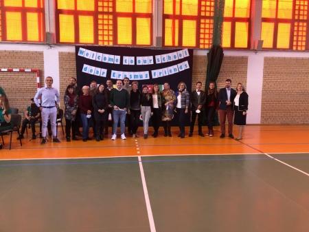 Najmłodsi witają gości z Erasmusa